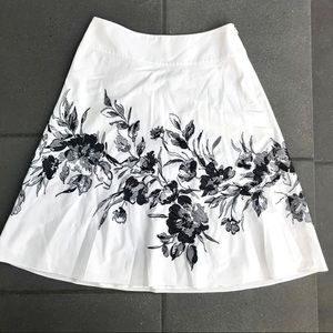 Ann Taylor white Skirt black floral embroidery 2